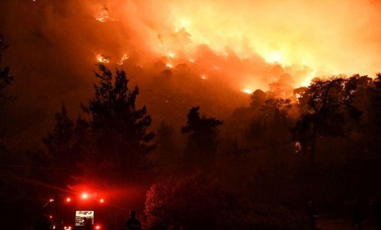 Μαίνεται η φωτιά στο Σχίνο Λουτρακίου - Εκκενώθηκε το Αλεποχώρι