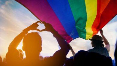 Γάμο ομόφυλων ζευγαριών και τεκνοθεσία προτείνει ο ΣΥΡΙΖΑ