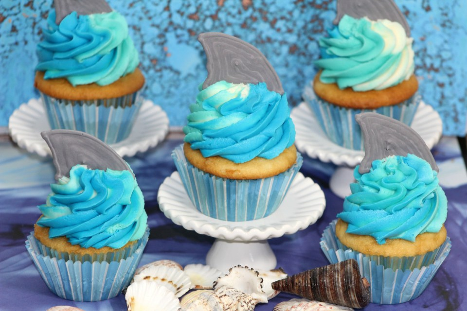 Shark_cupcakes_blue_icing_with_fin