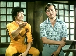 Bruce Lee e James Tien in una scena inedita