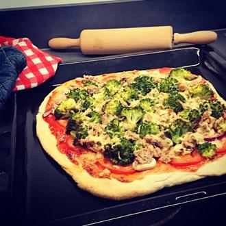 Pizza met groenten en tonijn