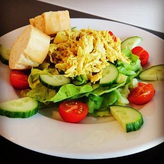 Salade met kip kerriesaus