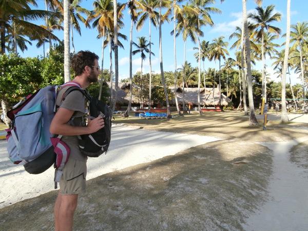 Passaggio attraverso la spiaggia del resort Grand Paradise per arrivare al nostro campeggio sul monte