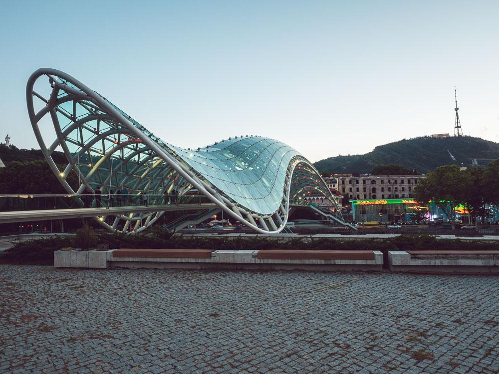 Il Ponte della Pace, costruito nel 2010, ideato dall'Italiano Michele De Lucchi