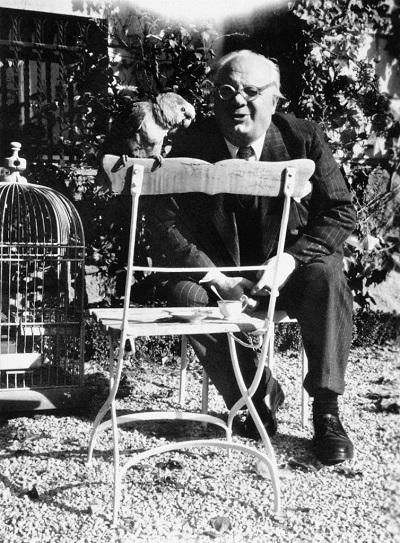 1_Giovanni Züst con il pappagallo Lory 1940
