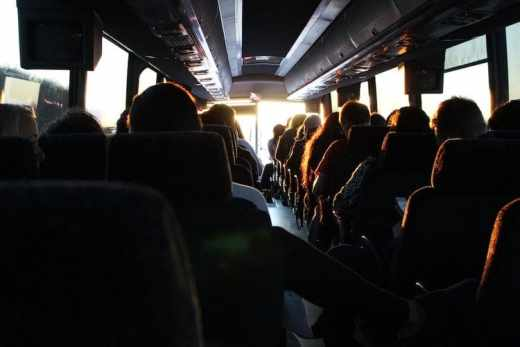 Que faire lors de son voyage en bus en 2017 ? voyage en bus vue de l'intérieur sièges gens
