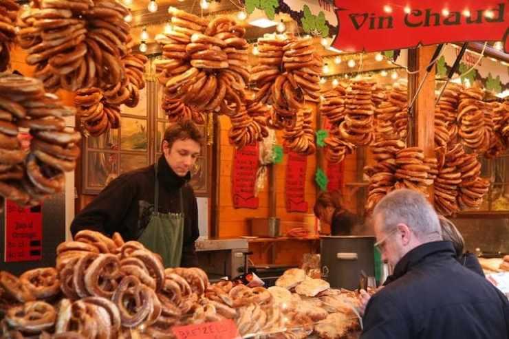 Top 3 des marchés de Noël à visiter Strasbourg Capitale de Noël étalages bretzels