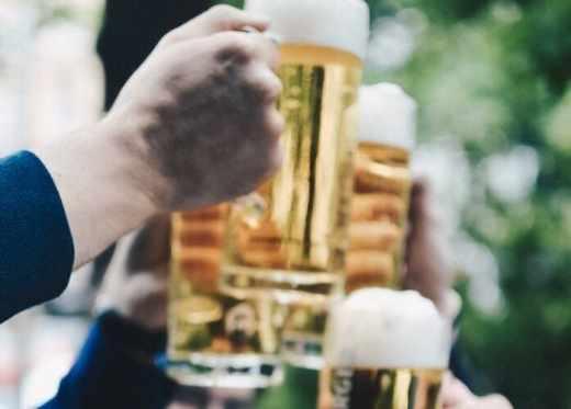 Saint-Patrick 2019 : le bon moment pour passer au vert ☘️ tourisme durable responsable vert #GoGreen bière trinquer verres mains