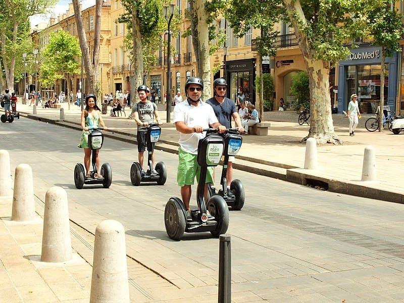 ecomobilité - solutions alternative pour la mobilité durable - famille sur des gyropodes