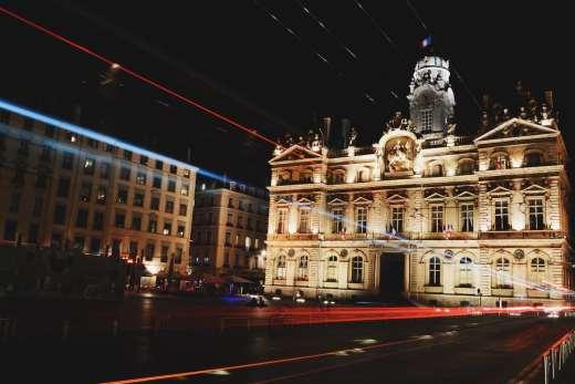 Voyage de déconfinement : Tour de France gourmand à 99€ en train et en bus Lyon capitale européenne de la gastronomie monument lumière nuit