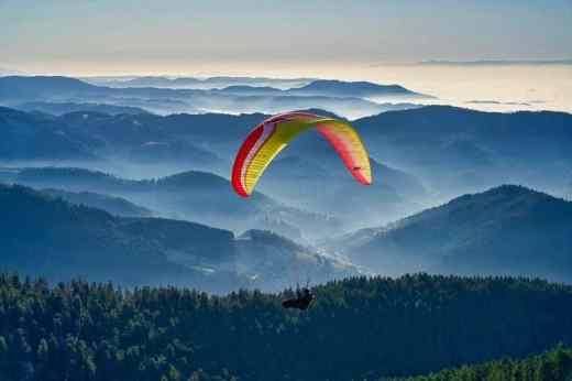 vacances ete montagne - parapente et survol des montagnes