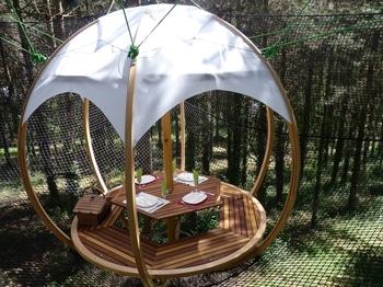 cocon repas table à manger dans la forêt - logement insolite