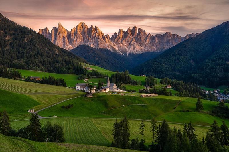 massif des dolomites en Italie - vallées forêt et prairie