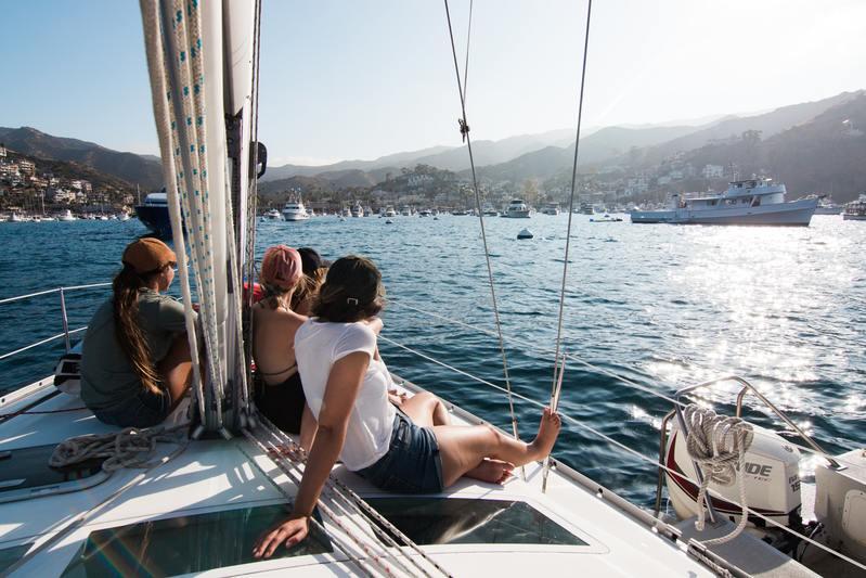 mer ou montagne - bateau sur la mer entre amis