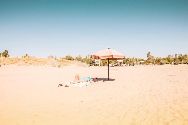 bronzer sur la plage sable et parasol