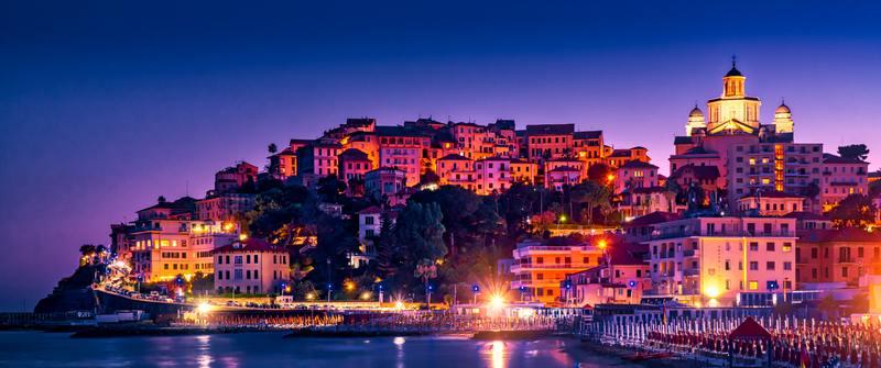 ville d'Imperia en Italie éclairée de nuit