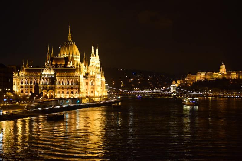Budapest de nuit avec monument éclairé et Danube