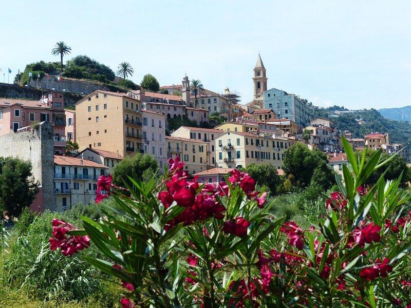 Imperia Italie ville de jour et fleurs rouges