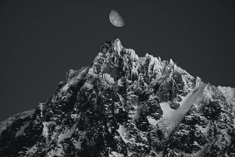 mont-blanc et lune noir et blanc