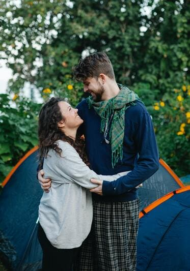 couple - camping forêt - tourisme responsable