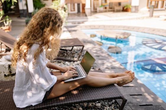 tendance touristique - femme télétravail - transat piscine