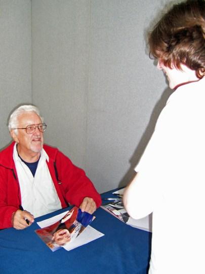 Bernard Cribbins signing his autograph in 2007