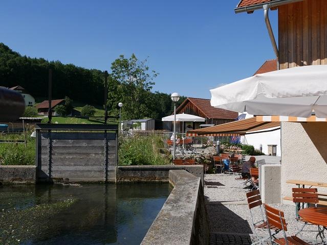 Mühlkanal und Cafétische an der Liebenthannmühle