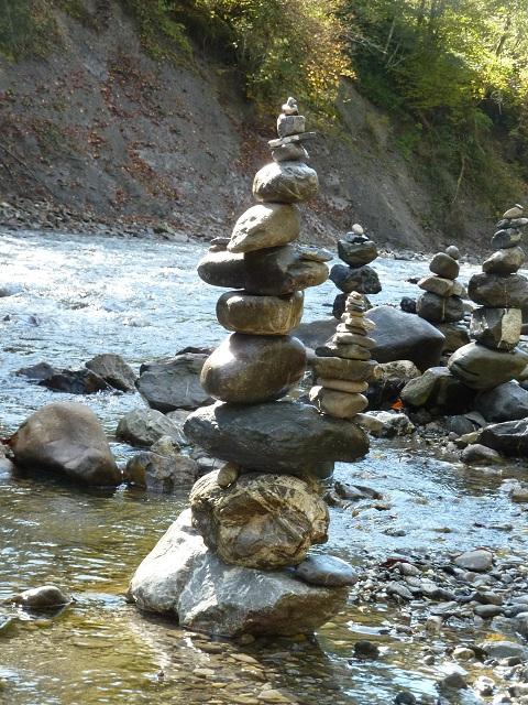 Landart - kunstvolle Steinmännchen an der Breitach