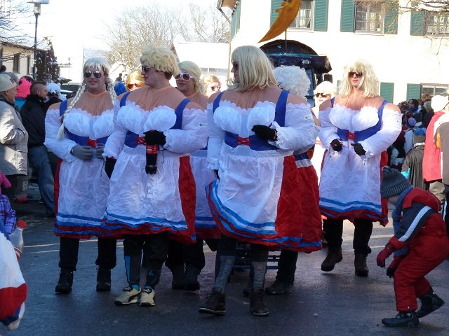 Dirndlträgerinnen auf dem Faschingsumzug Obergünzburg 2013