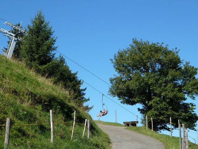 Alpsee Bergwelt Sesselbahn über dem Wanderweg