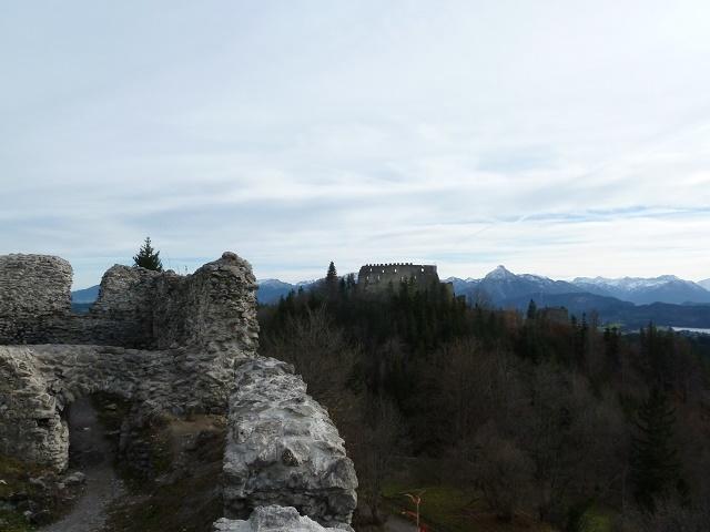 Wandern mit Kindern im Allgäu: Bild von einer Rundwanderung von der Burgruine Hohenfreyberg mit Blick auf die Burgruine Eisenberg