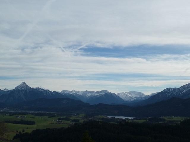 Blick vom Auslugturm der Burgruine Eisenberg auf den Hopfensee und die Ammergauer Alpen