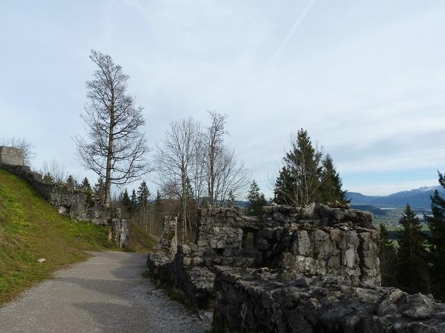 Weg von der Burgruine Eisenberg zur Schlossbergalm