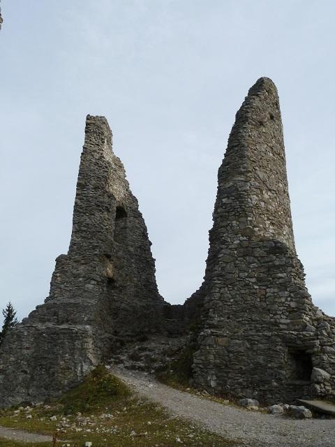 Reste des Burgfrieds der Ruine Hohenfreyberg bei Pfronten im Allgäu