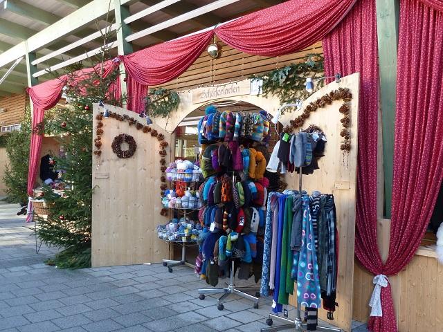 Laden mit Wollartikeln auf dem Hindelanger Weihnachtsmarkt