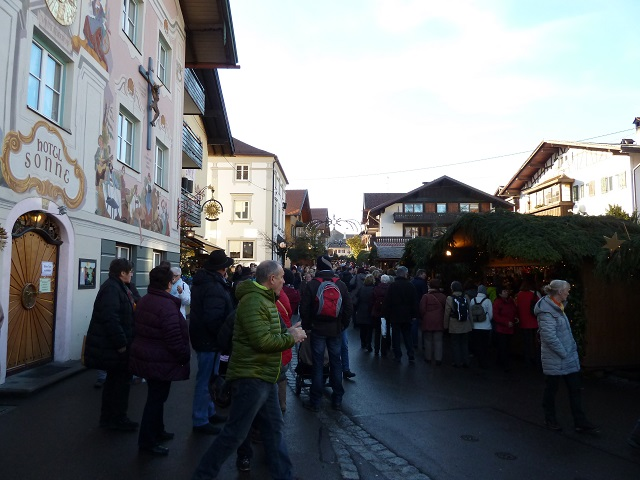 Weihnachtsmarktbuden vor dem Hotel Sonne in Bad Hindelang
