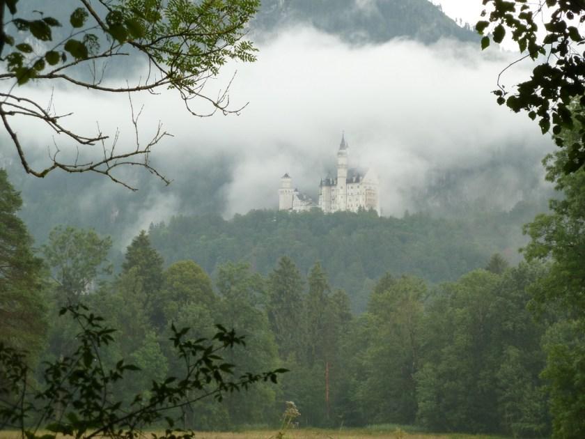 Schloss Neuschwanstein umgeben von einer Wolke