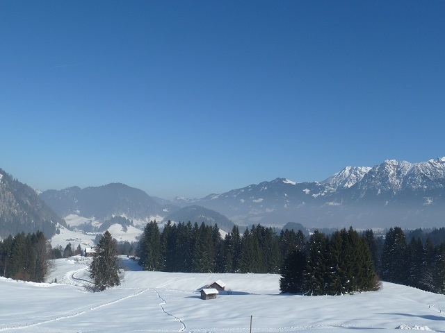Blick von der Alpe Dornach in die verschneite Bergwelt