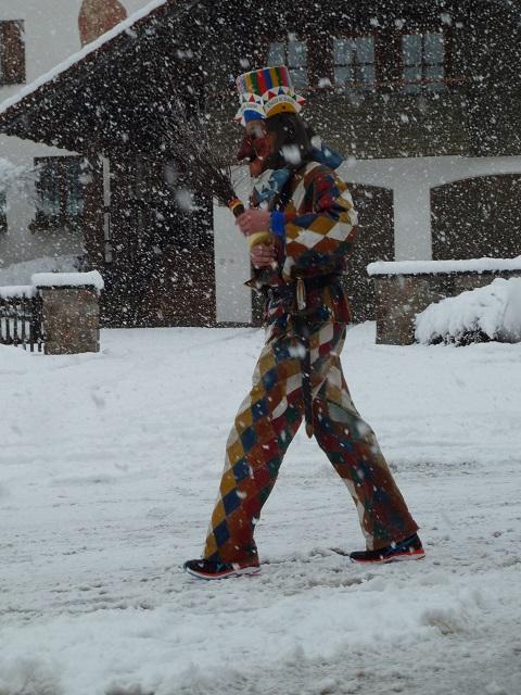 Der Staufener Butz im Schnee am Fasnatziestag Oberstaufen