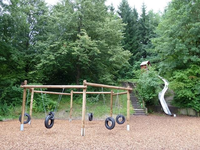 Spielplatz im Engelhaldepark Kempten - Reifenschaukel und Rutsche