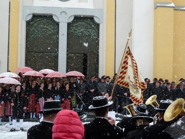 Traditionelles Fahnenschwingen vor der Kirche in Oberstaufen am Fasnatziestag