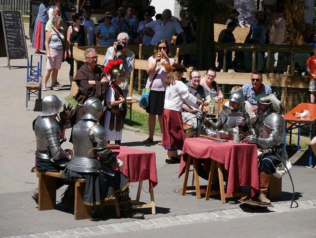 Die Foetibus-Ritter in Unterthingau beim Bier