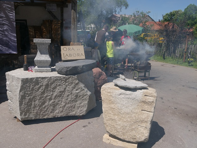 Steinmetzarbeiten und rauchende Esse auf dem Mittelaltermarkt Unterthingau 2017