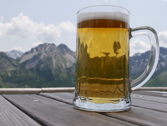 entspannt - bei einer Radlerhalben auf der Oberen Bierenwang-Alpe