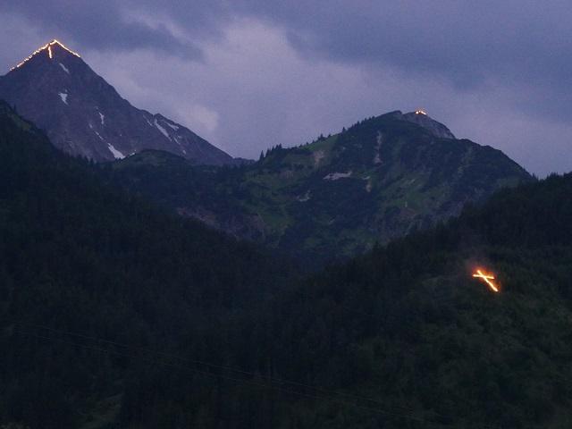 Gipfel in Flammen beim Herz-Jesu-Feuer im Tannheimer Tal 2017
