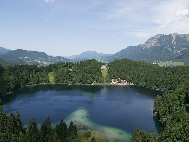 Blick vom Schanzenkopf der Skiflugschanze Oberstdorf auf den Freibergsee