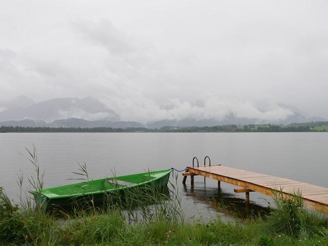 Ruderboot am Hopfensee bei Regen