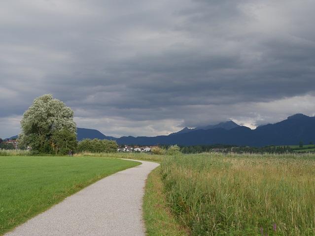 Rundwanderweg Hopfensee - Blick auf wolkenverhüllte Berge