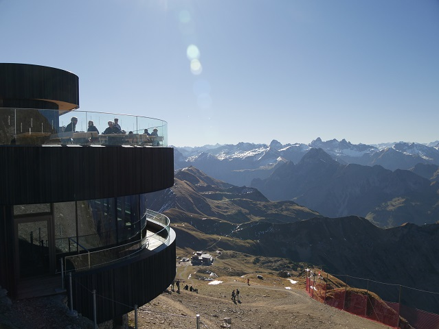 Blick von der Gipfelstation am Nebelhorn auf die Bergstation Höfatsblick