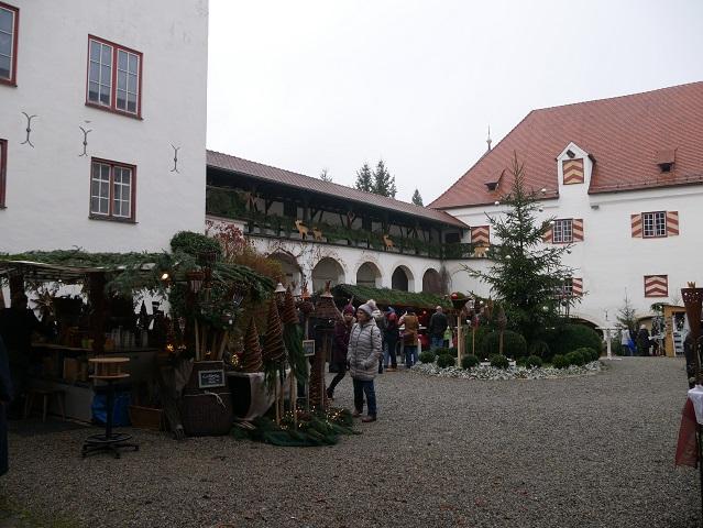 Weihnachtsmarkt Schloss Kronburg 2017 - Blick über den Schlosshof Richtung Eingang